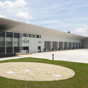 Im Zuge des Neubaus der Hauptfeuerwehrwache entschieden sich die Planer bei der Auswahl der 17 Hallentore für Schnelllauftore von Efaflex. Bild: Efaflex