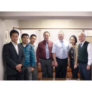Das Ehepaar Takano (re.) und seine drei Söhne (li.) bei der Vertragsunterzeichnung mit dem Schunk-Exportleiter und dem Schunk-Verwaltungsleiter. Bild: Schunk