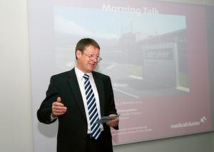 Thomas Wahl, CEO von Stryker in Selzach, präsentiert den Teilnehmern des Morning Talks den Stryker-Konzern, die Osteosynthesis Division sowie das Unternehmen in Selzach.