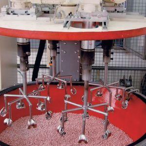 Eine Schleppschleifanlage ermöglicht die Einzelbearbeitung von Implantaten mit weniger Aufwand bei der Konturanpassung als beim maschinellen und robotergestützten Schleifen und Polieren. Bild: Rösler
