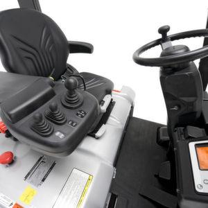 Auf seinem Arbeitsplatz kann der Fahrer der QX2-Stapler von Nissan seinen komfortablen Federsitz und das Lenkrad individuell einstellen. Bild: Nissan Forklift