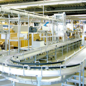 Dem Packbereich wird über oben liegende Fördertechnik und anschließendem Senkrechtförderer die kommissionierte Ware zugeführt.Bild: Förster & Krause