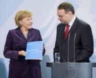 Dietmar Harthoff (r.), EFI, übergibt Bundeskanzelerin Merkel das Gutachten 2010 zu Forschung, Innovation und technologischer Leistungsfähigkeit.