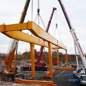Montage eines Portalkranes mit Drehwerkskatze mit 2 × 12,5 t (gesamt 25 t), Spannweite 41 m und Ausleger 16,5 m. Bild: Kempkes