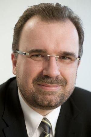 """Siegfried Russwurm, Personalvorstand bei Siemens, will in Deutschland 2.000 Stellen mittels """"verantwortungsvoller Maßnahmen"""" abbauen."""