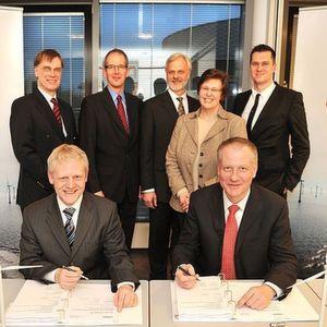 Dr. Claus Burkhardt, Geschäftsführer Offshore-Windpark Riffgat GmbH & Co. KG und Michael Axmann, CFO Siemens Renewables, bei der Vertragsunterzeichnung für den Offshore-Windpark Riffgat. Bild: Siemens