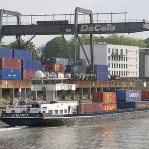 Der kombinierte Container-Verkehr sank 2009 um 8% auf knapp 1,9 Mio. TEU. Damit hat sich die Beförderung von Containern nicht ganz so negativ entwickelt wie der Binnenschiffsverkehr insgesamt. Bild: Duisport/Köppen