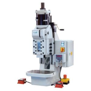 Die Pneumatik- und Servo-Pressen von Schmidt Technology sind standardmäßig EG-baumustergeprüft nach der neuen europäischen Maschinenrichtlinie 2006/42/EG. Bild: Schmidt Technology