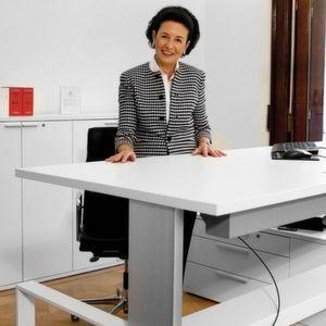steh sitz arbeitsplatz ist in wenigen sekunden in der h he verstellbar. Black Bedroom Furniture Sets. Home Design Ideas
