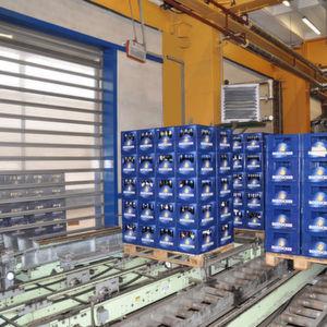 In der Hanseatischen Brauerei Rostock hält die hohe Laufgeschwindigkeit der eingebauten Efaflex-Schnelllauftore die Temperaturen stabil. Bild: Efaflex