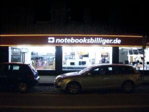 Die Notebooksbilliger-Filiale in München ist nachts hell erleuchtet.