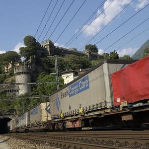 Ab sofort reisen die Container und Sattelauflieger von Ewals Cargo Care auf jährlich 270 Shuttlezügen von SBB Cargo durch die Alpen. Bild: SBB Cargo
