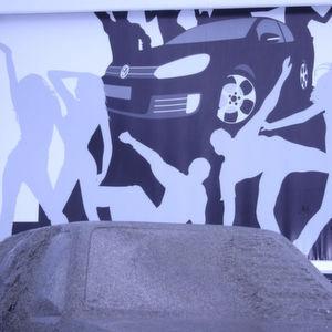 """""""Vorhang auf!"""" mit dem Efa-SRT-Premium-Schnelllauftor von Efaflex hieß es kürzlich beim 29. GTI-Treffen am Wörthersee. Das geöffnete Tor gab am VW-Messestand den Blick auf einen zweiten Hintergrund frei. Bild: Efaflex"""