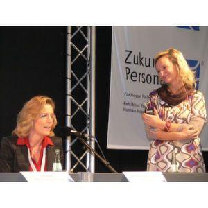 """Warema-Chefin Angelique Renkhoff-Mücke (l.) bezeichnete sich auf der Zukunft Personal selbst ironisch als """"Quotenfrau"""". Rechts im Bild: Moderatorin Katharina Schmitt. Bild: Steinmüller"""