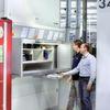 SMA Solar lagert Bauteile für Wechselrichter in platzsparenden Lean-Liften
