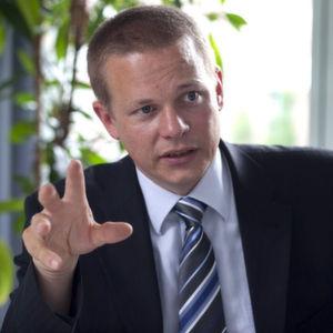 """Ralph Böge, Logistics Operations Manager bei Tesa: """"Green Logistics ist für Tesa ein wichtiges Ziel. Da spielt die Verwendung der maschinentauglichen Drei-Sterne-Europalette, die mit dem """"Blauen Engel"""" zertifiziert ist, genau rein."""" Bild: Tesa"""