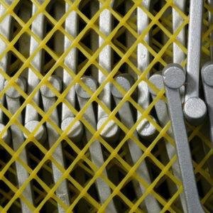 Die Zwischenlagegitter werden auf Paletten oder in Transportbehältern zwischen die Werkstücke gelegt. Bild: Norddeutsche Seekabelwerke