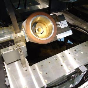 Bild 1: Drahterosive Herstellung einer Extrusionsdüse. Bild: ITS