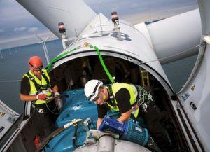Zwei Siemens-Servicekräfte bei ihrer Arbeit in der Gondel einer Windkraftanlage. Bild: Siemens