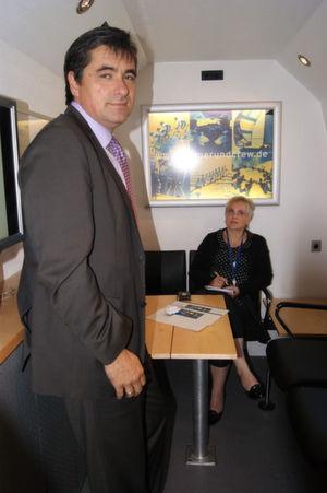 Uwe Kramer (vorne) besuchte mit dem Crew Car die Redaktion IP-Insider; Im Hintergrund die Redakteurin Ulrike Ostler. Bild: Sarah Maier