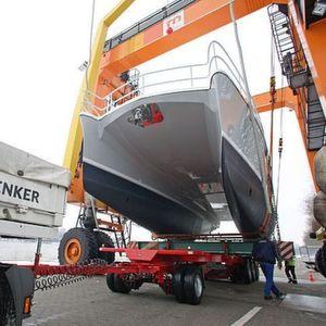 Die Luxusyacht Suncat 46 wird während der Boot 2011 der Blickfang am Stand der Solarwaterworld AG sein. Bild: Schenker Deutschland