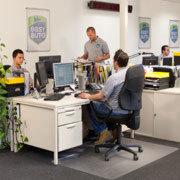 Mitarbeiter von Easy Auto Service vergeben die Servicetermine an die Werkstätten in der Nähe der Kunden.