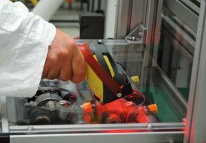 Bild 3: Außer den ID-Lesegeräten In-Sight ermöglichen die mobilen Codelesegeräte Dataman 7000 die Kontrolle der Codes an den mit Benzinpumpen bestückten Paletten. (Bild: Cognex)