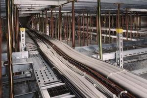 Interxion betreibt 28 Datacenter in Europa, eines in Zürich, das gerade erweitert wurde. Unser Bild zeigt einen Kabelkanal im Doppelboden.