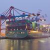 Erster Containerriese in Hamburg abgefertigt