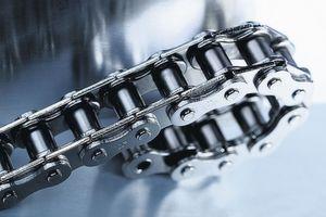Rückensteife Ketten finden sich in Anwendungen wie der Medizintechnik, in Transportsystemen, in der Gebäudetechnik oder bei Werkzeugmaschinen. Bild: Iwis