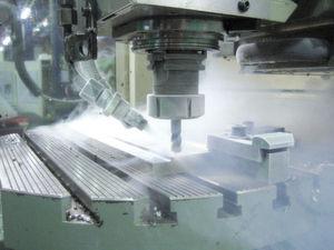 Die Kühlung mit Stickstoff reduziert deutlich den Werkzeugverschleiß beim Bearbeiten von Ti-tanlegierungen beziehungsweise ermöglicht die Steigerung der Schnittparameter. (Bild: WZL)