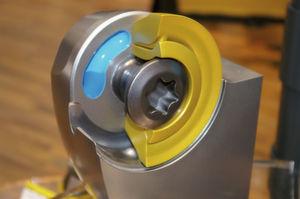 Das Schnittmodell zeigt den zweiteiligen Aufbau der Beyond-Blast-Wendeschneidplatte mit den inneren Kühlmittelkanälen. (Bild: Kroh)