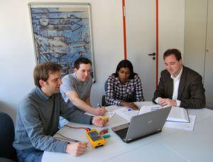 Deutschland sucht die Superbatterie: Dr. Michael Danzer (ZSW), Mathias Petzl und Bruno Cruz (HIU), Prof. Dr. Timo Jacob (Uni Ulm) bei der Erforschung neuer, effizienter Batterien (Bild: ZSW)