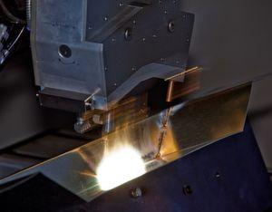 Kompakter Zweistrahl-Laser-Hartlöt- und -Schweißkopf mit koaxialer Drahtzuführung. Bild: blz