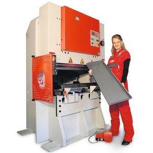 Auf 9m² sind eine pneumatische Tischausklinkmaschine, eine halbautomatische Gesenkbiegepresse, ein Kompressor und Handlinggeräte untergebracht. Bild: Scholz