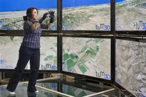 Frave: Eine Studentin bewegt sich mit Datenhandschuhen durch die virtuelle Realität (Foto: Astrid Eckert / Andreas Heddergott)