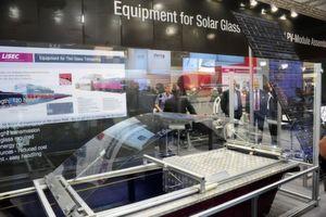 Rund 77.000 Besucher nahmen auf der Intersolar 2011 in Augenschein, was die Branche zu bieten hat, so auch Glasbearbeitung im Ausstellungsbereich PV Produktionstechnik Bild: Intersolar