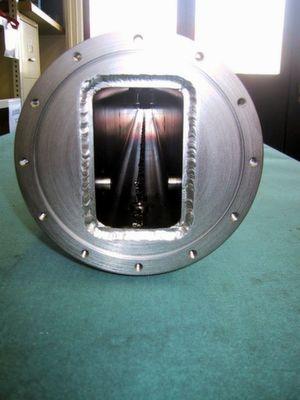 Vue frontale d'un boîtier, avec encoche pour joint en métal.