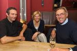 Ließen zehn gemeinsame EGA-Jahre Revue passieren: Die Gründer Jörg Laakmann (li.) und Klaus Neumann mit Betty van Loon von der EGA-Werbeagentur.