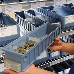 Geht der Bestand an C-Teilen zur Neige, wird der Behälter mit RFID-Transponder aus dem Regal entnommen und in Bestellposition gebracht. Bild: Keller & Kalmbach