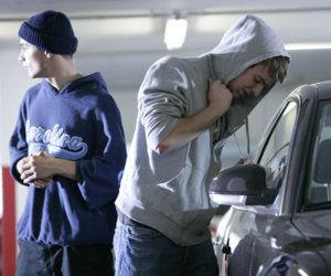 Autodiebstahl: Ungefähr alle zwei Minuten ereignet sich ein Diebstahl in oder aus einem Kfz, dazu kommen Unterschlagung, Hehlerei, Raub und Sachbeschädigung (Bild: www.polizei-beratung.de)