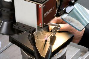 Bei filigranen Arbeiten und anspruchsvollen Werkstoffen können Dauer, Form und Modulation des Lasers gezielt an die jeweiligen Anforderungen angepasst werden. (Bild: Schunk)