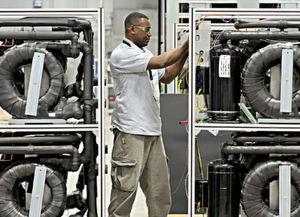 Wärmepumpen können helfen, die Schwankungen im Stromnetz durch erneuerbare Energien auszugleichen. (Bild: Bosch)