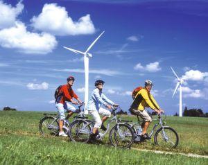 Elektrischer Rückenwind: Elektrofahrräder und Pedelecs sind eine sinnvolle und ökölogische Ergänzung im Individualverkehr (Bild: movelo)