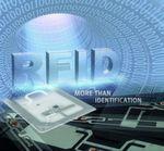 RFID bietet den unschlagbaren Vorteil, dass Daten nicht nur gelesen, sondern auch geschrieben werden können. Dabei lassen sich auch große Datenmengen speichern und beliebig oft überschreiben. RFID-Systeme arbeiten zudem ohne direkten Sichtkontakt und sind völlig wartungsfrei.