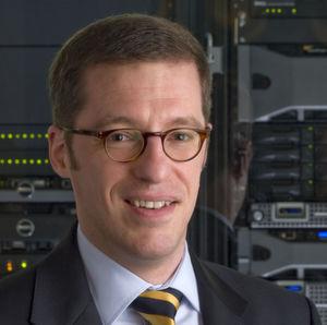 Peter Dümig, Field Product Manager Enterprise Solutions bei Dell, erläutert Ausstattung von und Zukunftsaussichten für vStart. Bild: Dell