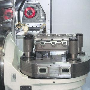 Werkstückspannung ganz ohne Hydraulik durch Synchronmotoren und Hakenschwenkspanner. Bild: Grob-Werke