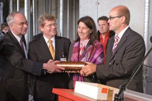 V.l.n.r.: Ministerialrat Dr. Knut Kübler, OB Georg Rosenthal, Staatssekretärin Katja Hessel und Prof. Dr. Vladimir Dyakonov (ZAE Bayern). (Bild: Schreier)