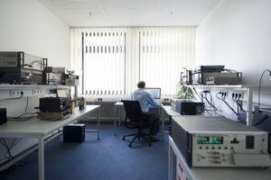 """Im DAkkS-Laboratorium von 1A CAL - einem der genauesten Kalibrierlaboratorien Europas. <em id=""""ForP_7E57C79F-051A-C33B-311819735781C3C7"""">Bilder: 1A CAL</em>"""