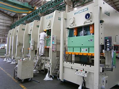 Im Vorfeld der Messe Timtos 2012 zeigen Taiwans Werkzeugmaschinenbauer ihr Können: Im Vordergrund eine mechanische C-Ständerpresse